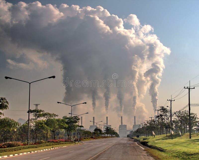从燃煤发电工厂的烟 免版税库存照片