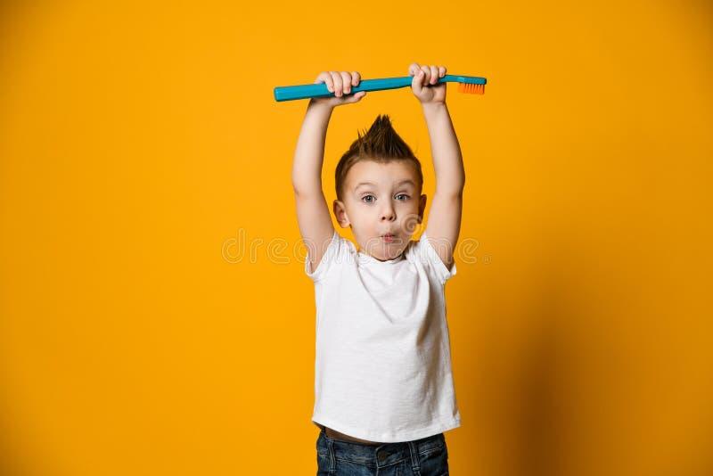 从牙痛-牙齿问题的小男孩痛苦 图库摄影