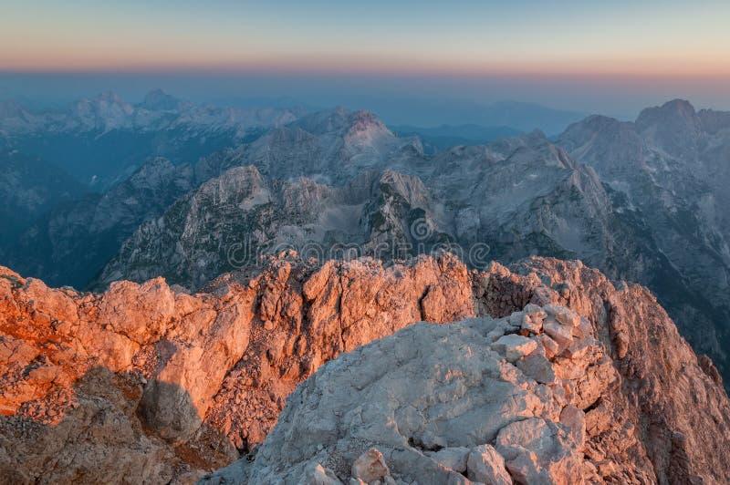 从特里格拉夫峰的顶端朱利安阿尔卑斯山日出的 库存图片
