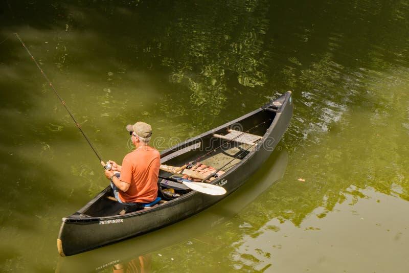 从独木舟的渔夫渔- 2 免版税库存照片