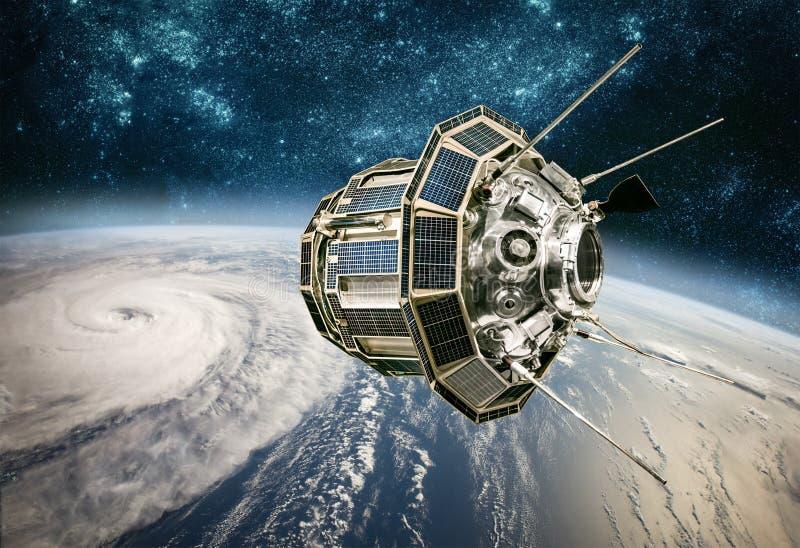 从环地轨道天气的空间卫星监视从空间, 免版税库存图片