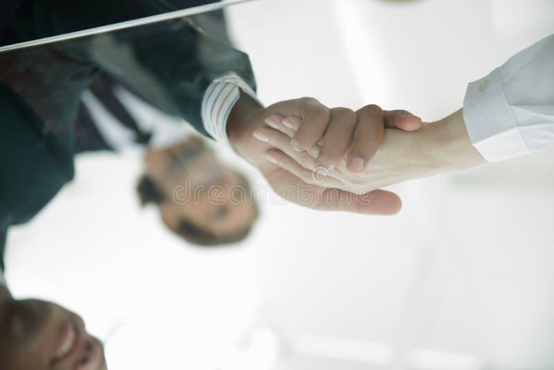 从玻璃的后面 背景查出的企业信号交换成为白色的伙伴 库存照片