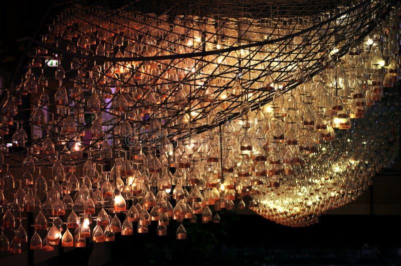 从玻璃的异常的创造性的枝形吊灯 免版税图库摄影