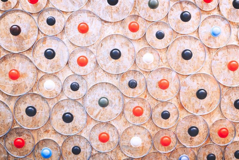 从玻璃盒盖的许多圆的元素的抽象厨房在背景的背景煎锅的和平底深锅织地不很细求爱 图库摄影