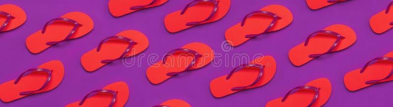 从珊瑚触发器的样式在紫色背景   创造性的暑假旅行背景 妇女的summe 库存照片