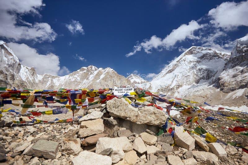 从珠穆朗玛峰营地的看法与佛教祷告旗子,尼泊尔,喜马拉雅山山行  免版税库存图片