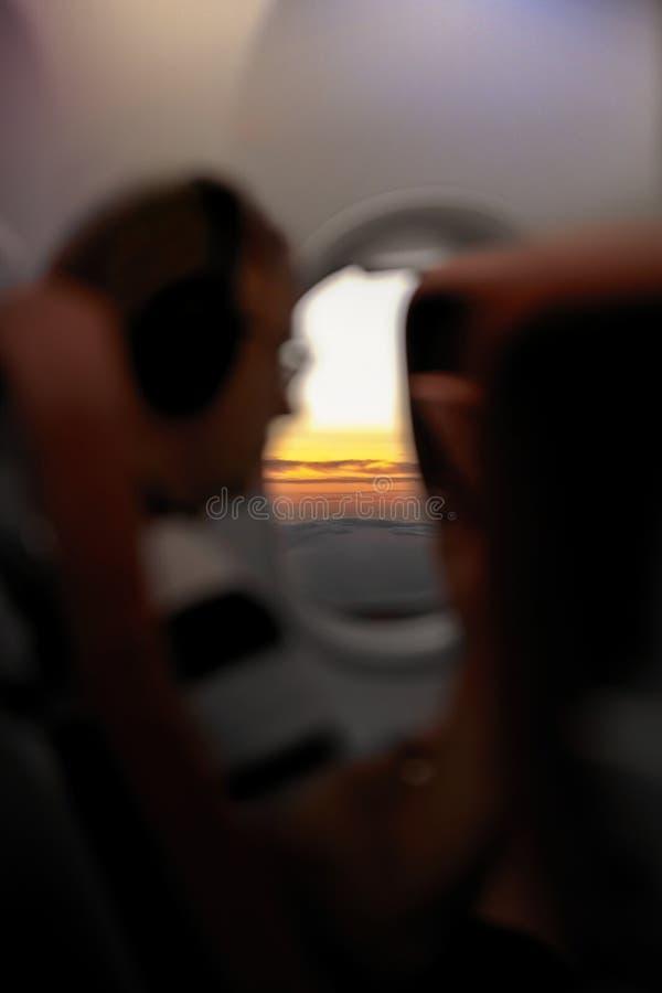 从班机窗口的日落/日出视图 免版税库存照片