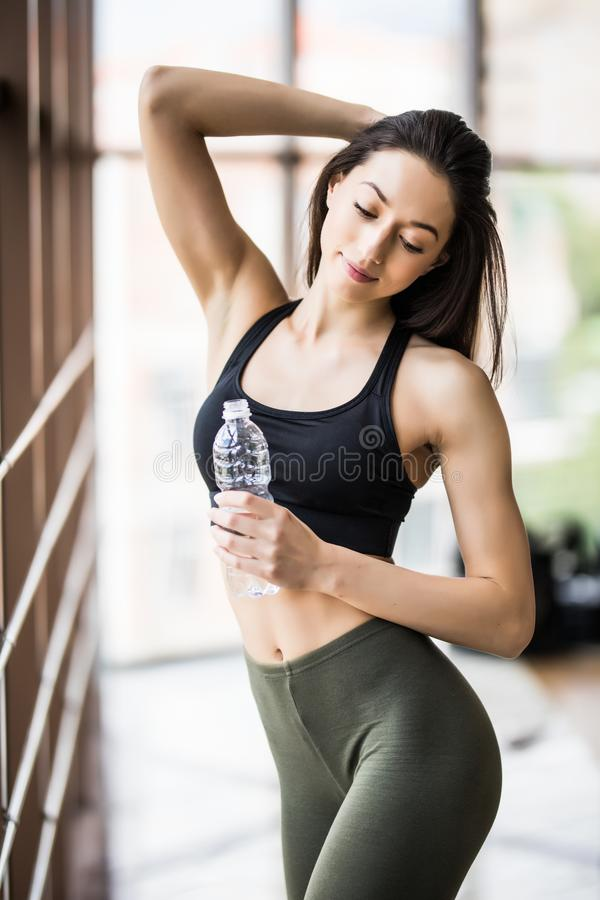 从瓶的健身妇女饮用水  库存照片
