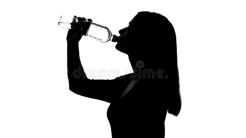 从瓶,健康生活方式的妇女饮用水,恢复酸碱度平衡 免版税库存图片