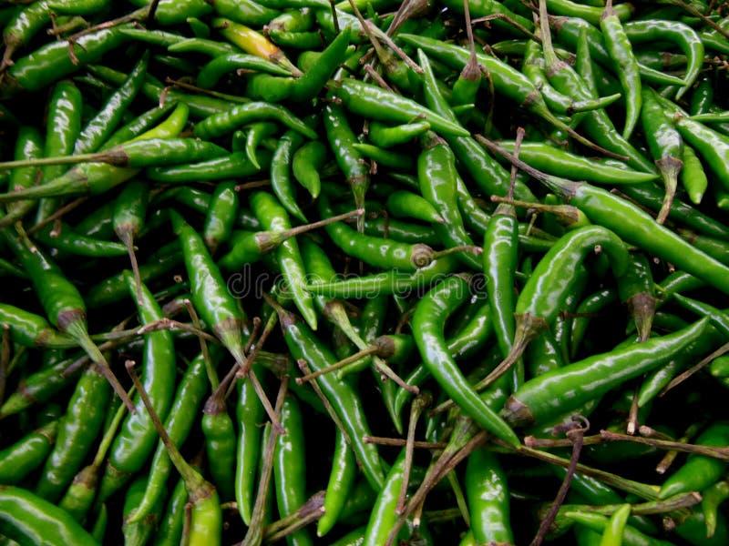 从生产市场的热的绿色冷颤的胡椒 免版税库存照片