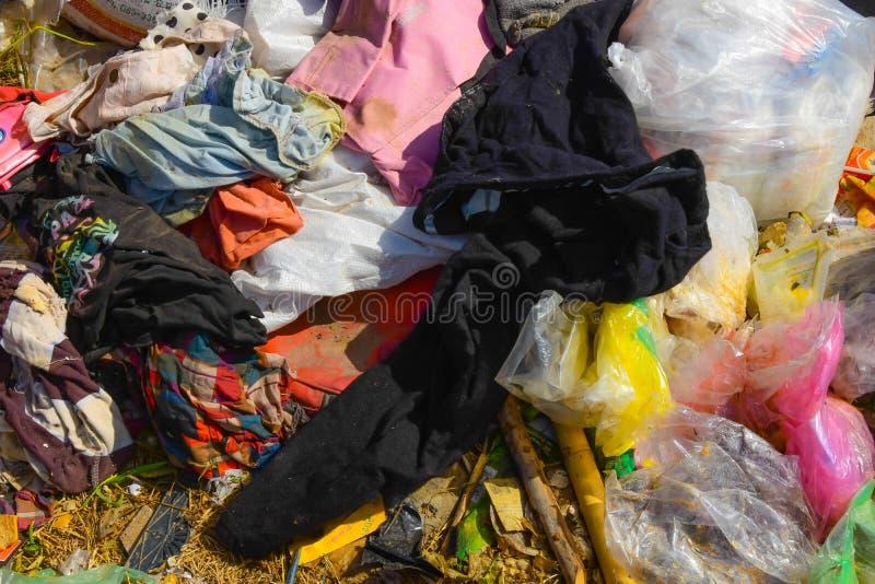 从由自然贬低的垃圾的废物意味 库存图片