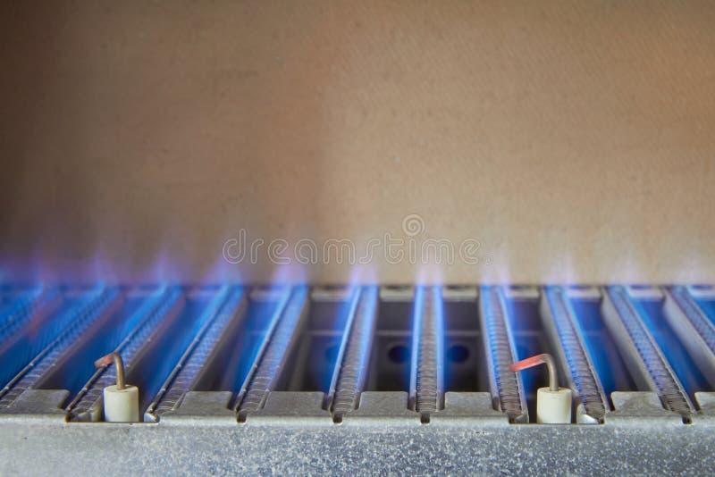 从甲烷燃烧,燃气锅炉的燃烧器的蓝焰 库存图片