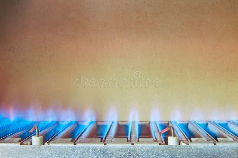 从甲烷燃烧,燃气锅炉的燃烧器的蓝焰 库存照片