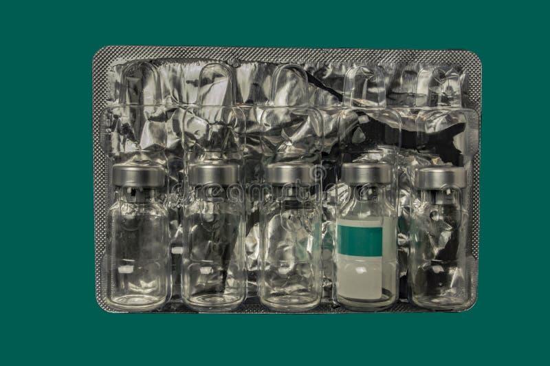从疫苗的玻璃瓶在塑料封装与箔关闭 库存图片