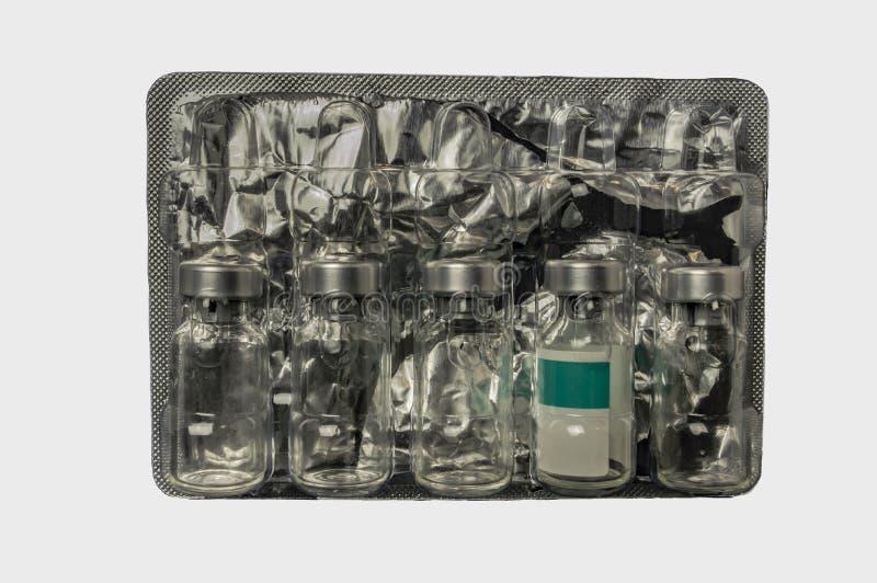 从疫苗的玻璃瓶在塑料封装与箔关闭 库存照片