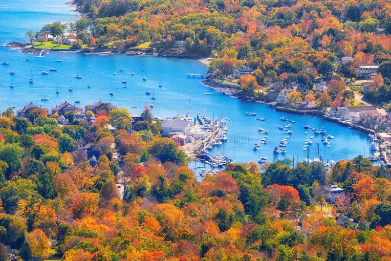 从登上俯视坎登港口,缅因的Battie的看法 免版税库存照片