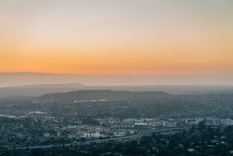 从登上螺旋的日落视图在拉梅萨,在圣迭戈附近,加利福尼亚 免版税库存图片