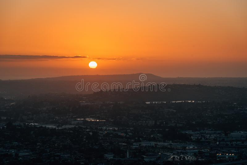 从登上螺旋的日落视图,在拉梅萨,在圣迭戈附近,加利福尼亚 免版税库存照片