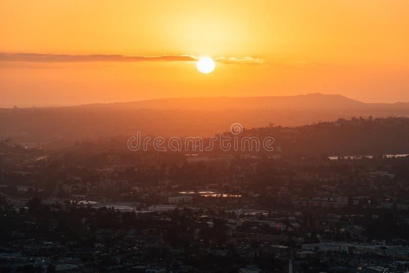 从登上螺旋的日落视图,在拉梅萨,在圣迭戈附近,加利福尼亚 免版税图库摄影