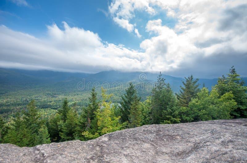 从登上Jo普莱西德湖城山顶的看法  免版税库存照片