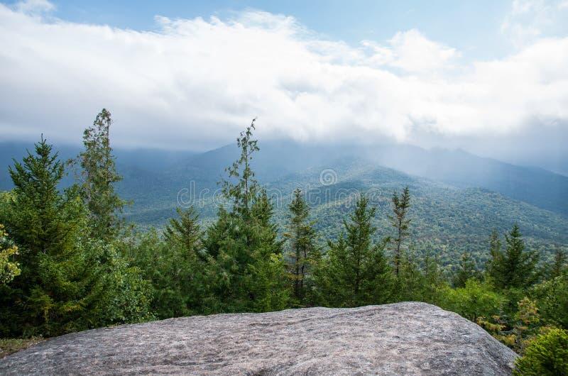 从登上Jo普莱西德湖城NY山顶的看法  免版税库存照片