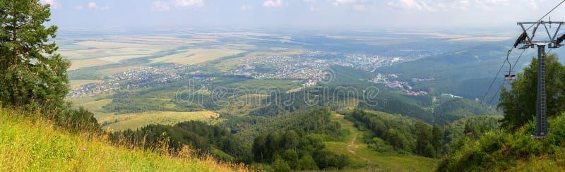 从登上Tserkovka的美好的夏天全景对Belokurikha手段在阿尔泰边疆区 库存照片