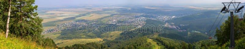 从登上Tserkovka的美好的夏天全景对Belokurikha手段在阿尔泰边疆区 免版税库存图片