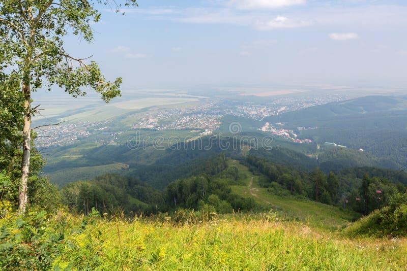 从登上Tserkovka的美好的夏天视图对Belokurikha手段在阿尔泰边疆区 免版税图库摄影