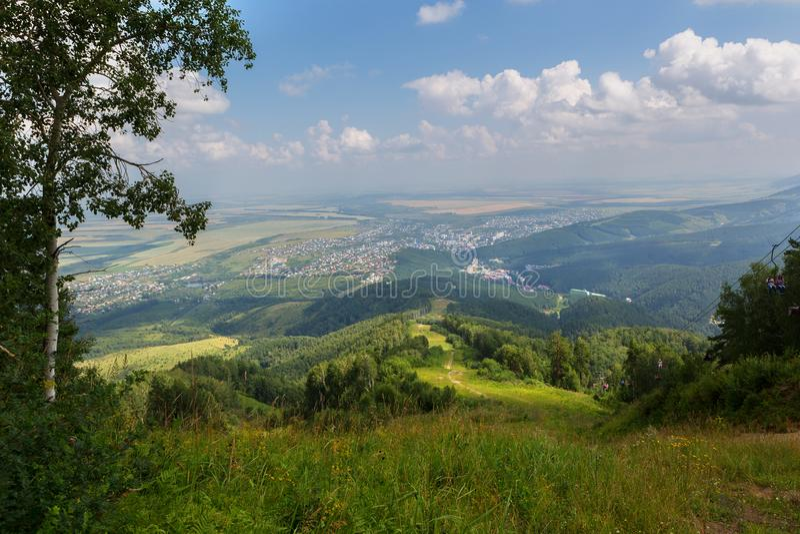 从登上Tserkovka的美好的夏天视图对Belokurikha手段在阿尔泰边疆区 免版税库存照片