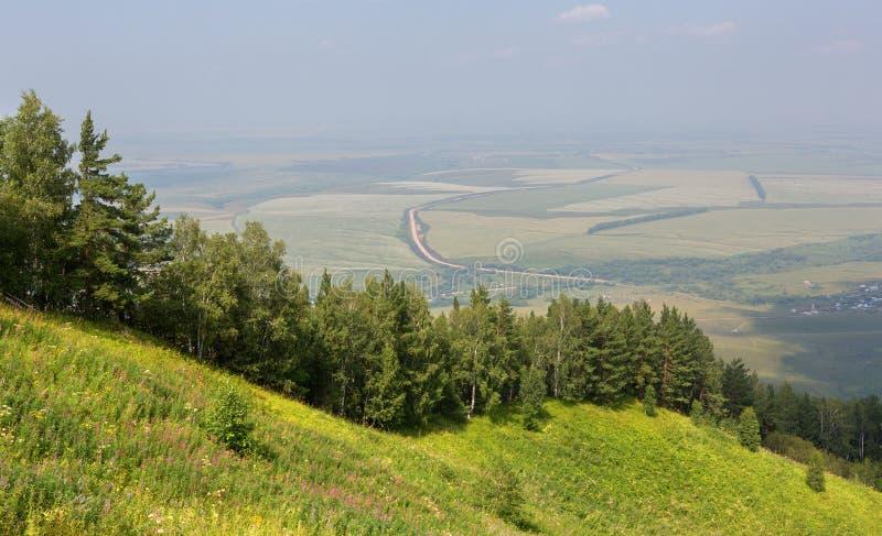 从登上Tserkovka的美好的夏天视图对Belokurikha手段在阿尔泰边疆区 免版税库存图片
