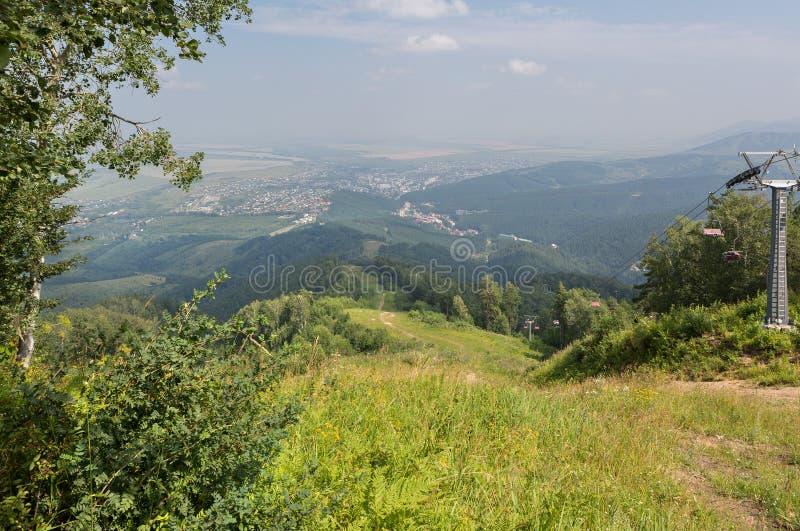 从登上Tserkovka的美好的夏天视图对Belokurikha手段在阿尔泰边疆区 库存照片