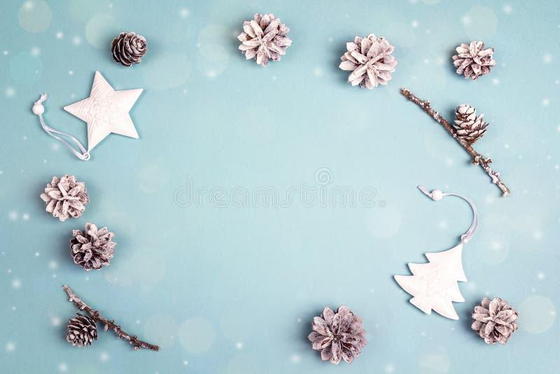 从白色假日装饰的框架在蓝色背景 空间f 免版税图库摄影