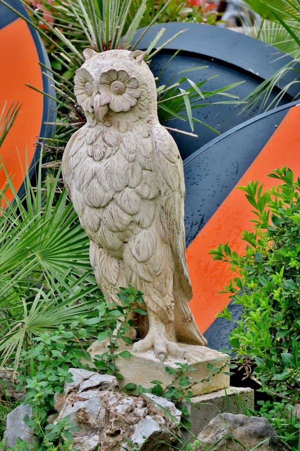 从白色石关闭雕刻的猫头鹰雕象  图库摄影
