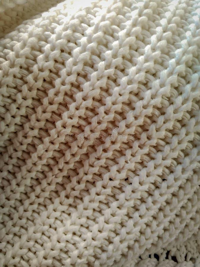 从白色羊毛的被编织的样式 被编织的织品,手工制造 免版税库存图片