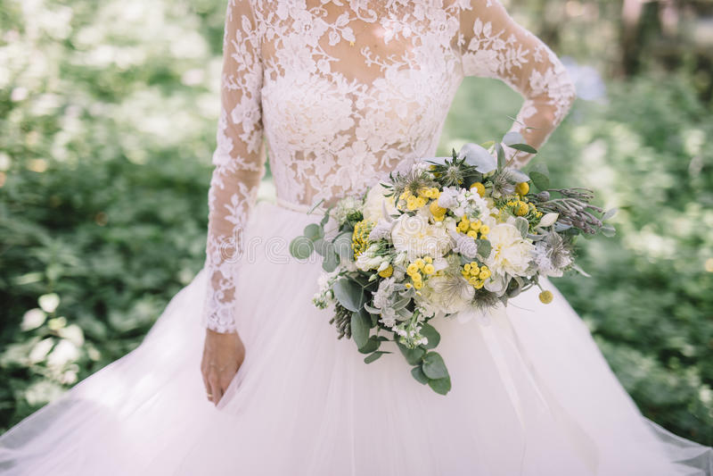 从白色,绿色和黄色花的婚礼花束 图库摄影