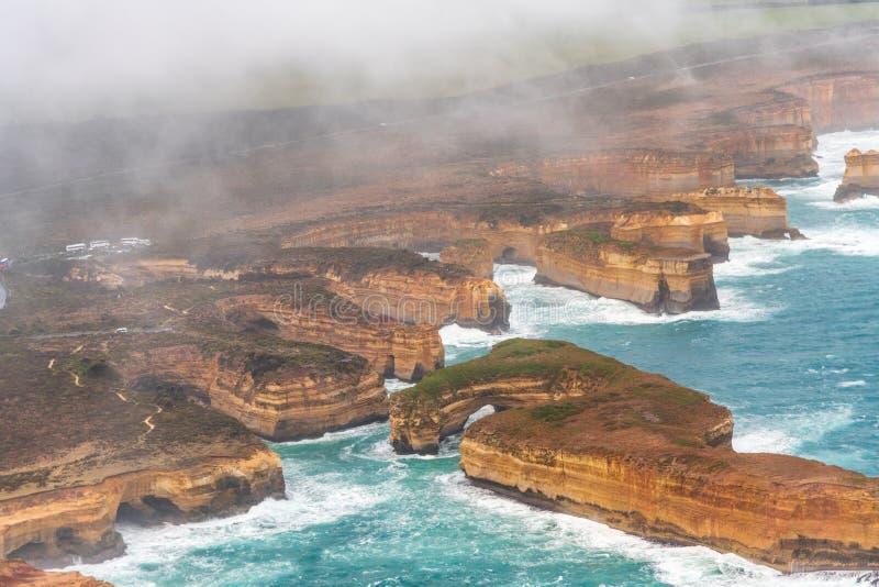 从直升机的海湾Ard峡谷鸟瞰图有云彩和雾的 库存图片