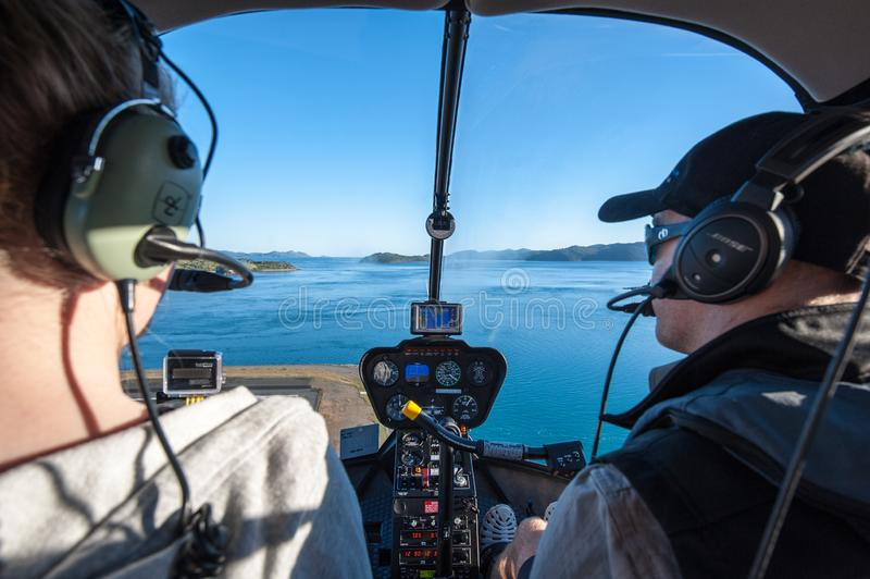从直升机离开从哈密尔顿岛的,大堡礁,Whitsunday海岛的看法 库存照片