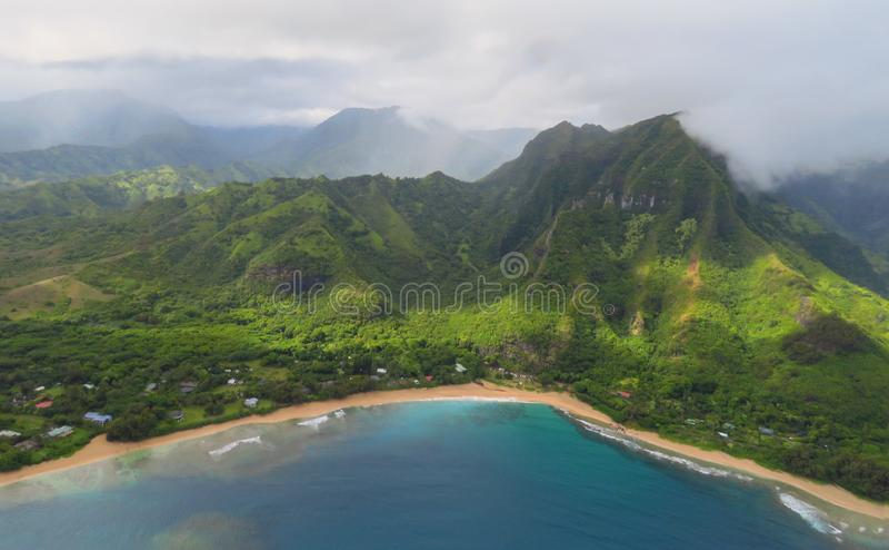 从直升机,考艾岛,夏威夷的Na帕利海岸全景风景视图 图库摄影