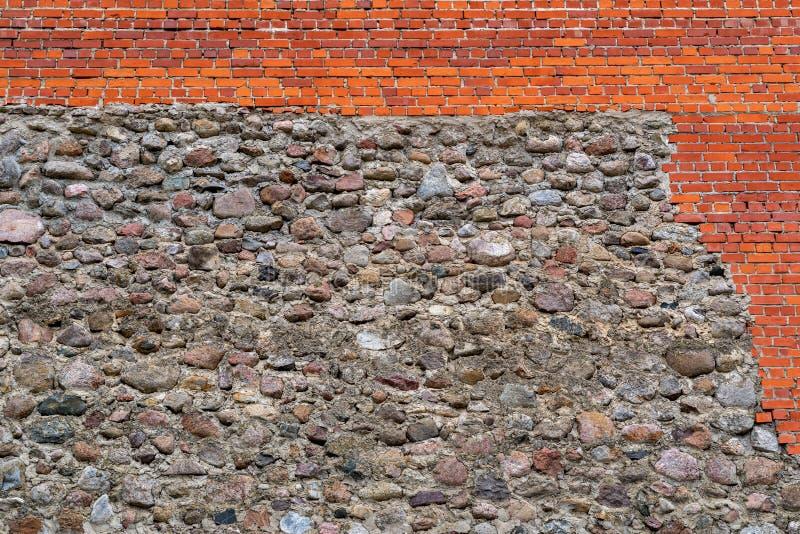 从石头和砖的织地不很细墙壁背景 免版税库存照片