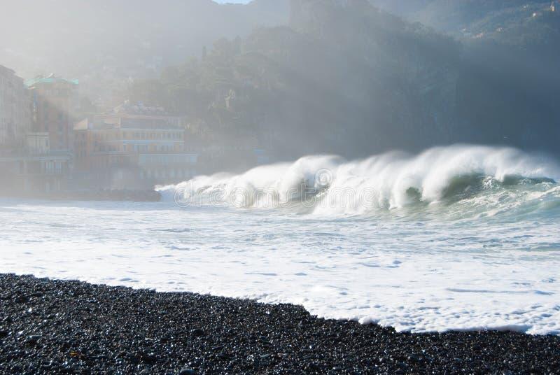 从石头海滩看见的风大浪急的海面卡莫利 免版税库存图片