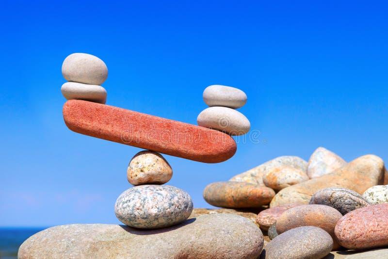 从石头的符号标度 被干扰的平衡 Imbalanc 免版税库存照片
