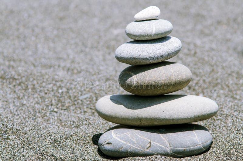 从石头的金字塔在海滩 库存图片