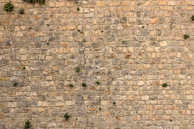 从石砖的大黄色墙壁 库存图片
