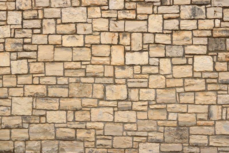 从石砖的大黄色墙壁 免版税图库摄影