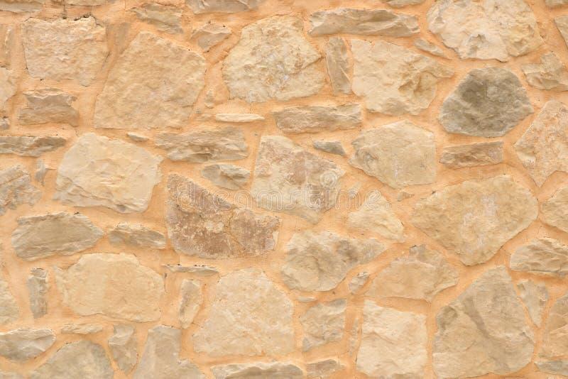 从石砖的大黄色墙壁 免版税库存图片