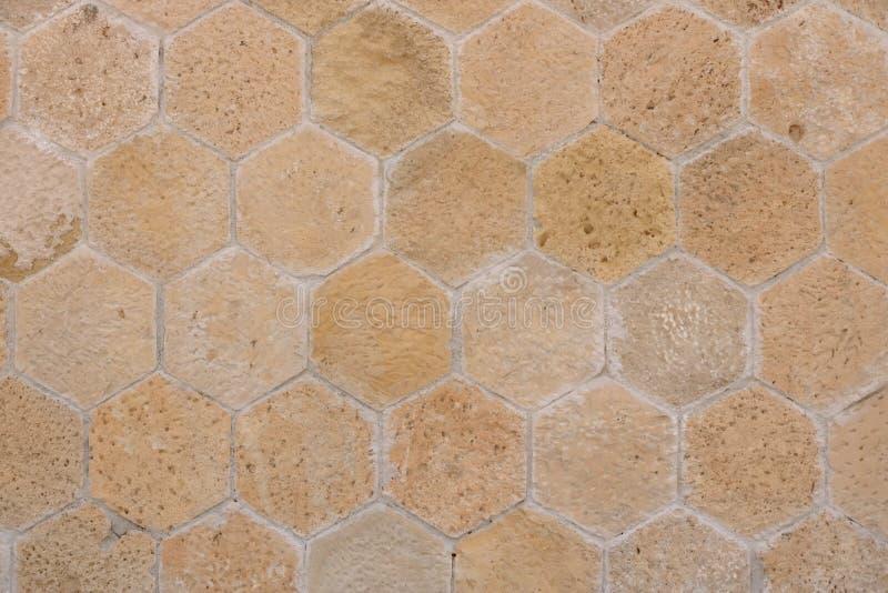 从石砖的大黄色墙壁 免版税库存照片