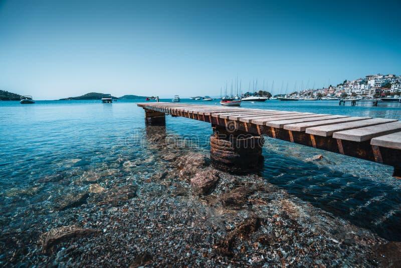从码头边的港口视图 免版税库存照片