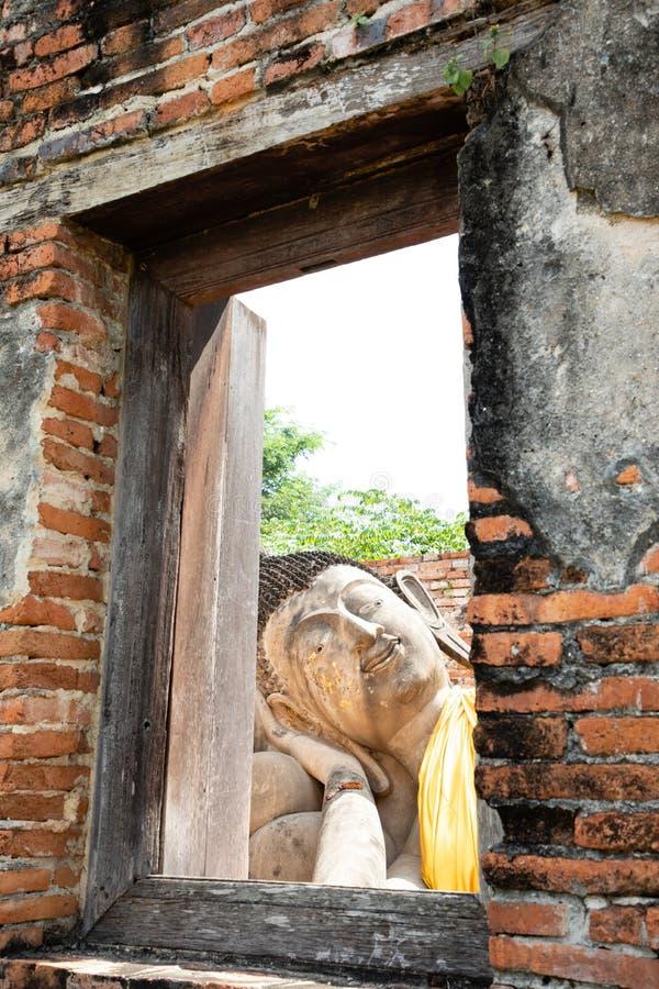 从破庙的窗口的巨型金黄菩萨头视图在阿尤特拉利夫雷斯 库存照片