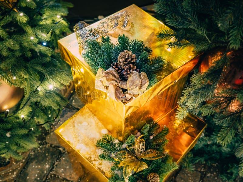 从礼物风景的圣诞节静物画在与光亮诗歌选的树下 在圣诞节下的金黄礼物 库存图片