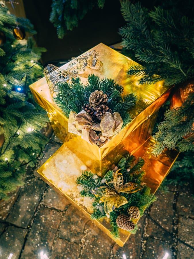 从礼物风景的圣诞节静物画在与光亮诗歌选的树下 在圣诞节下的金黄礼物 图库摄影